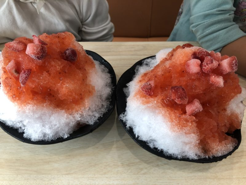 くら寿司のふわ雪というかき氷。いちご味(練乳なし)