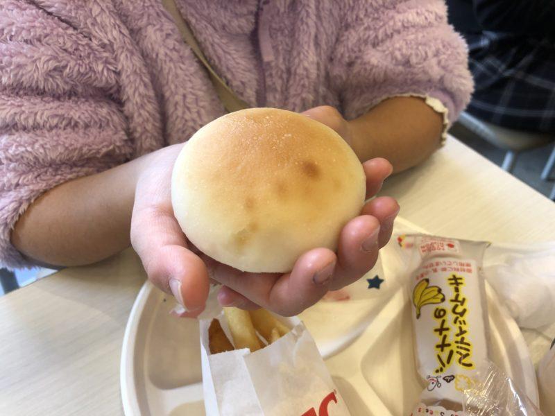 低アレルゲンチキンセットの米粉パンのサイズ感