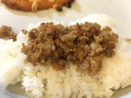 業務スーパーの鶏そぼろを激安パックご飯に乗せて食べてみました。美味しい。