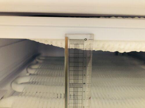小型冷凍庫に霜がついた様子。